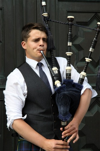 Real scottish man in kilt with bagpipe - Edinburgh